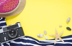 Gelbes Reisekonzept für Meer oder Strand Alte Weinlesekamera, Biki stockfotografie