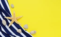 Gelbes Reisekonzept für Meer oder Strand Alte Weinlesekamera, Biki lizenzfreies stockfoto
