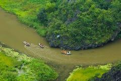Gelbes Reisfeld auf Ngo Dong-Fluss in Tam Coc Bich Dong von der Gebirgsdraufsicht in Ninh Binh Lizenzfreie Stockfotografie