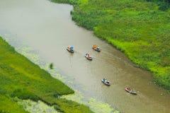 Gelbes Reisfeld auf Ngo Dong-Fluss in Tam Coc Bich Dong von der Gebirgsdraufsicht in Ninh Binh Stockfoto