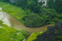 Gelbes Reisfeld auf Ngo Dong-Fluss in Tam Coc Bich Dong von der Gebirgsdraufsicht in Ninh Binh Stockfotos