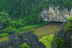 Gelbes Reisfeld auf Ngo Dong-Fluss in Tam Coc Bich Dong von der Gebirgsdraufsicht in Ninh Binh Lizenzfreies Stockfoto