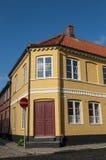 Gelbes residentual Eckhaus Stockbild