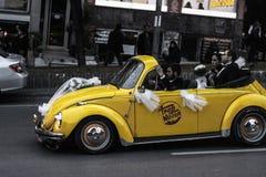 Gelbes Retro- Auto Lizenzfreie Stockbilder