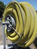 Gelbes Rohr auf einer Bandspule Stockbild