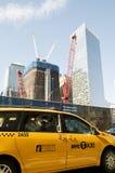 Gelbes Rollenfahrerhaus vor 9/11 Denkmal zitieren Stockbild
