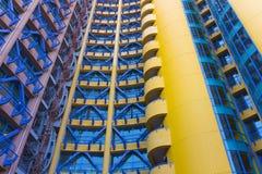 Gelbes, rotes, blaues Gebäude Stockfotografie