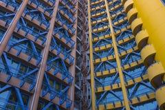 Gelbes, rotes, blaues Gebäude Stockbilder