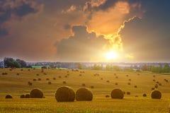 Gelbes rundes Straw Bales auf Stoppel-Feld Lizenzfreies Stockfoto