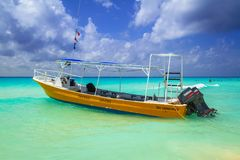 Gelbes Schnellboot auf dem Strand von Playacar Stockfotos