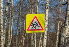 Gelbes Schulverkehrsschild auf einem Hintergrund von Bäumen, Russland sorgfältig Kinder lizenzfreie stockbilder