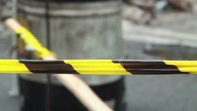 Gelbes Schwarzes streifte Band draußen, Linie der polizeilichen Untersuchung stock video footage