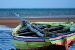 Gelbes Segelnboot angeschwemmt Lizenzfreies Stockfoto