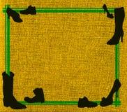 Gelbes Segeltuch mit grünem Feld und schwarzen Schuhen Stockfotos