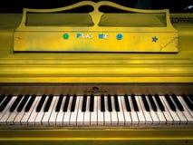Gelbes Straßen-Klavier im Stadtzentrum gelegen Lizenzfreie Stockfotos