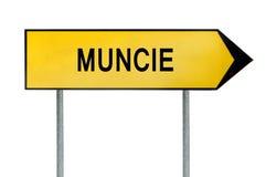 Gelbes Straßenkonzeptzeichen Muncie lokalisiert auf Weiß Lizenzfreie Stockfotos