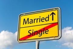 Gelbes Straßenschild mit verheiratetem voran verlassendem einzelnem hinterem lizenzfreie stockfotos