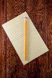 Gelbes Tablet auf Schreibtisch Lizenzfreie Stockfotografie