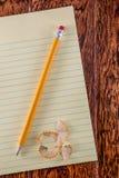 Gelbes Tablet auf Schreibtisch Stockfoto