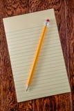 Gelbes Tablet auf Schreibtisch Lizenzfreie Stockbilder