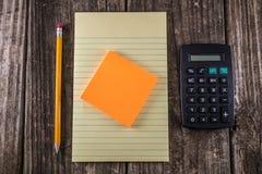 Gelbes Tablet auf Weinlese-Schreibtisch Lizenzfreies Stockfoto
