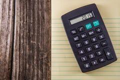 Gelbes Tablet u. Taschenrechner auf Weinlese-Schreibtisch Stockbilder