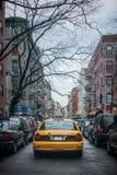 Gelbes Taxi auf der Straße von New York City Stockfotografie