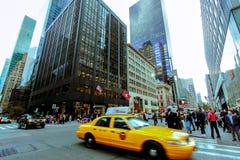 Gelbes Taxi auf New- Yorkstraße lizenzfreie stockfotografie