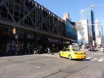 Gelbes Taxi, Hafenbehörde-Autobusstation, NYC, NY, USA Stockfotos