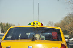 Gelbes Taxi mit den enormen Antennen, die im Stau wating sind Lizenzfreies Stockfoto