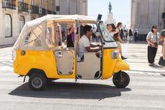 Gelbes Taxi Tuk Tuk mit Fahrer Lizenzfreies Stockbild