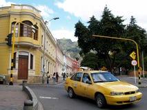 Gelbes Taxi und Kolonialbauten in Bogota, Kolumbien stockfotos
