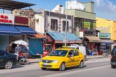 Gelbes Taxiauto auf der Straße von Izmir-Stadt Lizenzfreies Stockbild
