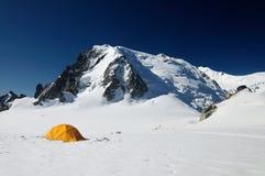 Gelbes touristisches Zelt vor Eiswand Stockbilder