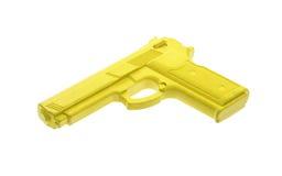 Gelbes Trainingsgewehr lokalisiert auf Weiß lizenzfreie stockfotografie