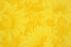 Gelbes Tuch mit Sonnenblumeblumenauslegung stockfotos
