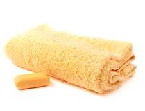 Gelbes Tuch und Seife Stockfoto