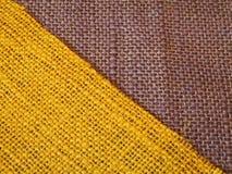 Gelbes u. purpurrotes buntes Gewebe in der Diagonale Lizenzfreie Stockfotos