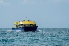 Gelbes und blaues Boot auf den Mexikaner Karibisches Meer lizenzfreies stockfoto