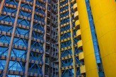 Gelbes und blaues Gebäude Stockbilder