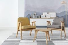 Gelbes und graues Wohnzimmer lizenzfreie stockbilder