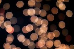 Gelbes und orange Weihnachtsbaum bokeh auf schwarzem Hintergrund von defocused funkelnden Lichtern, Weihnachtshintergrund-Musterk lizenzfreies stockfoto