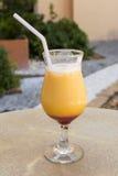 Gelbes und rotes tropisches Cocktail an einem heißen Sommertag Stockfoto