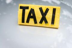 Gelbes und schwarzes handgemachtes Taxizeichen stockfoto