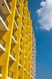 Gelbes und weißes Gebäude und blauer Himmel Stockfotos