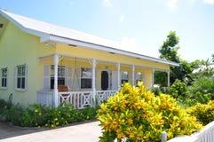 Gelbes und weißes Häuschen Stockbilder