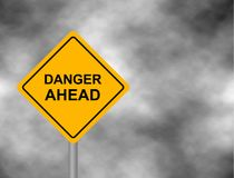 Gelbes Verkehrsschild als Warnung der Gefahr voran Hintergrund des dunkelgrauen Himmels mit Kumuluswolken und gelber Fahne Vektor lizenzfreie abbildung