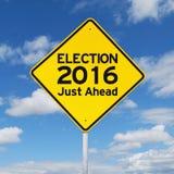 Gelbes Verkehrsschild in Richtung zu Wahl 2016 Lizenzfreies Stockfoto