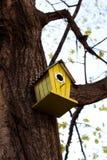Gelbes Vogelhaus Stockbild