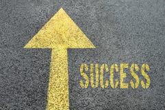 Gelbes Vorwärtsverkehrsschild mit Erfolgswort auf der Asphaltstraße Stockfotos